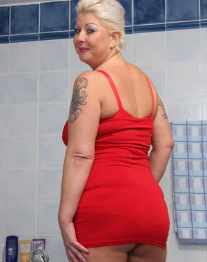 Chubby housewife playing in the bathroom