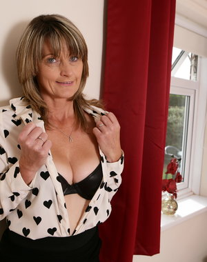 Hairy housewife from the UK sharing her dirty mind
